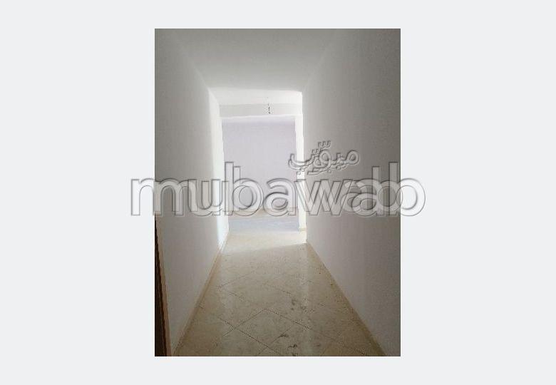 شقة جميلة للكراء بطريق الدارالبيضاء. 7 قطع مريحة. شرفة ومصعد.