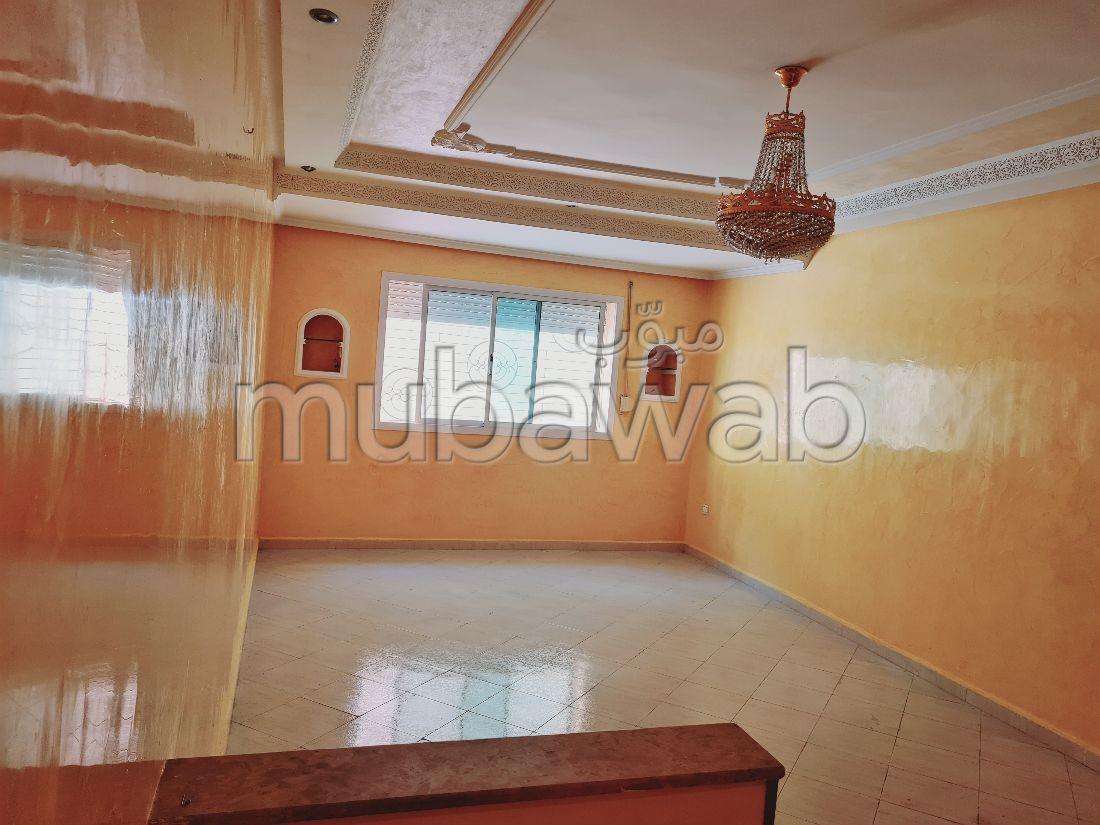 بيع شقة ب ميموزا. 3 غرف رائعة. أماكن وقوف السيارات وشرفة.