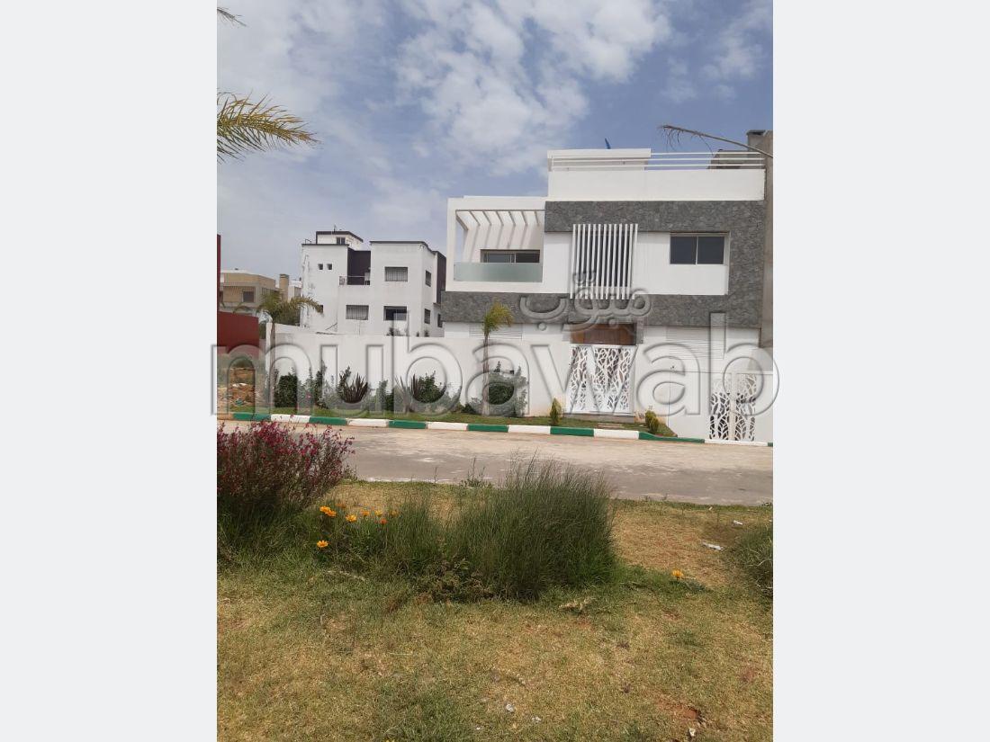 Suntuosa villa en venta en El Hadadda. 2 Salas. Jardín privado, trastero.