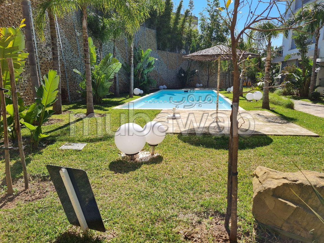 شقة للبيع بملابطا. المساحة الكلية 152 م². حديقة ومرآب.