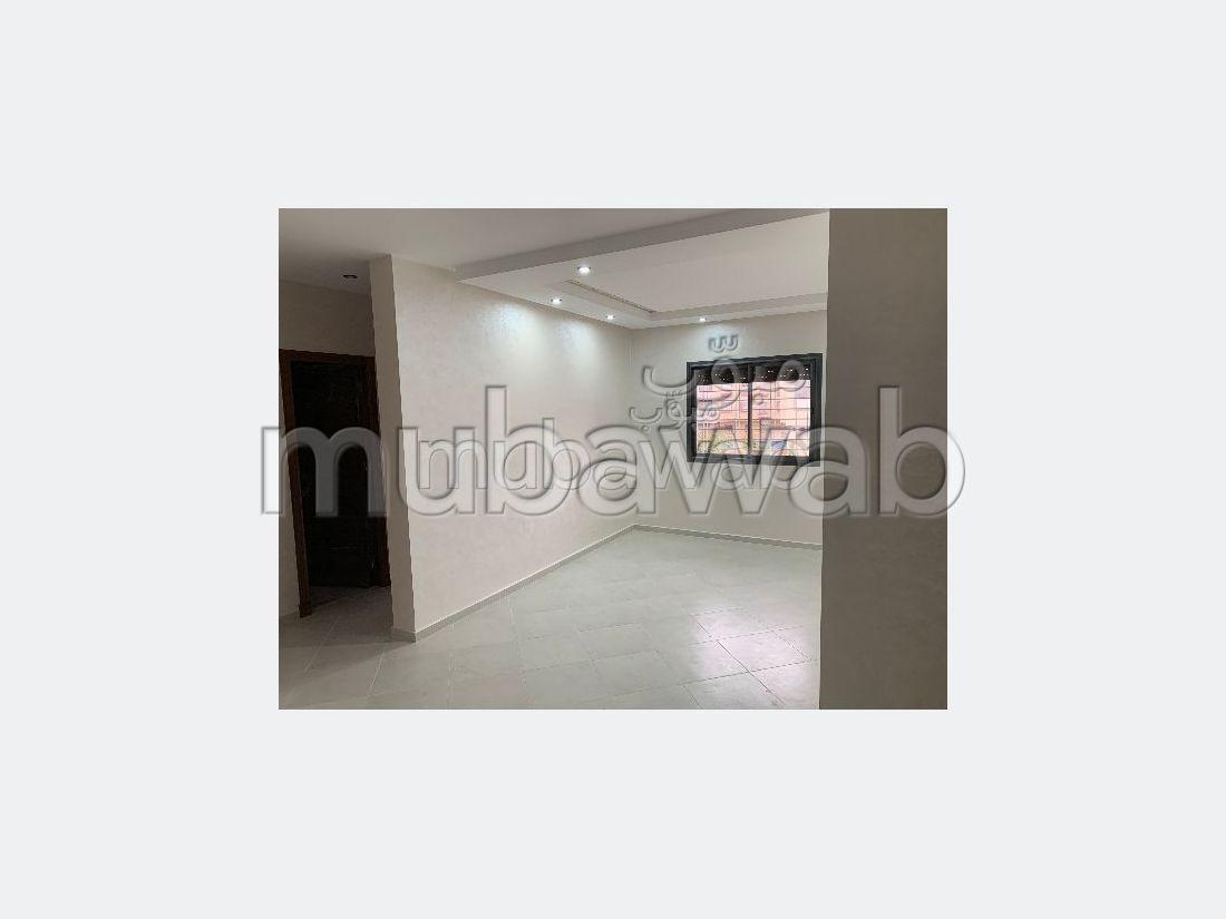 شقة للشراء ب طريق عين شقف. 5 غرف. صالة أصيلة ، طبق الأقمار الصناعية.