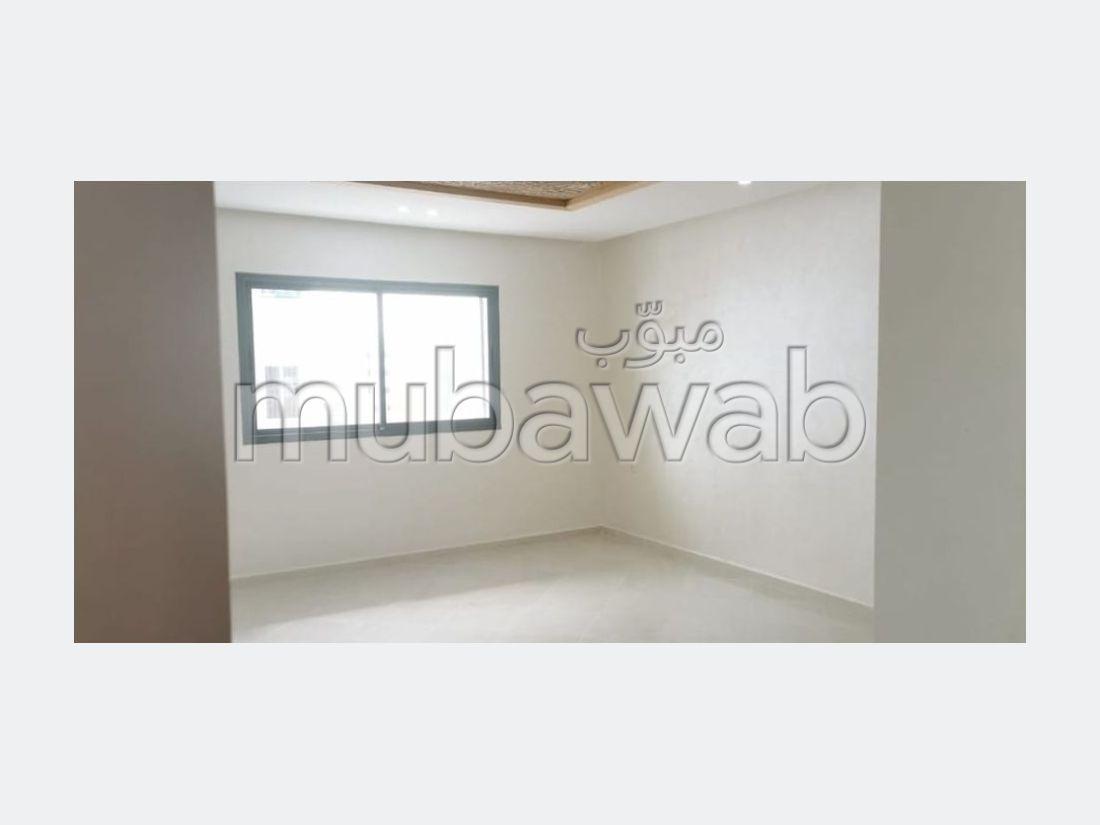 Vend appartement à El Hadadda. Superficie 95 m². Cuisine entièrement équipée.