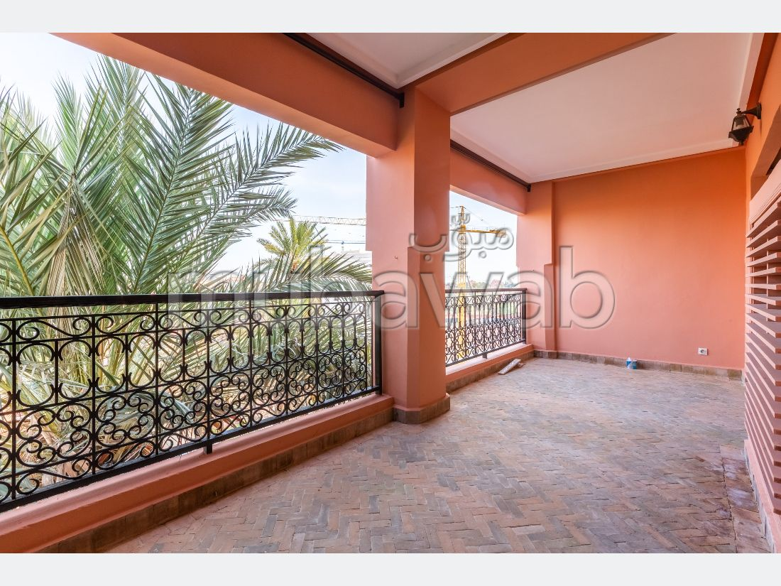 بيع شقة بكليز. المساحة الكلية 93 م². موقف السيارات وشرفة.