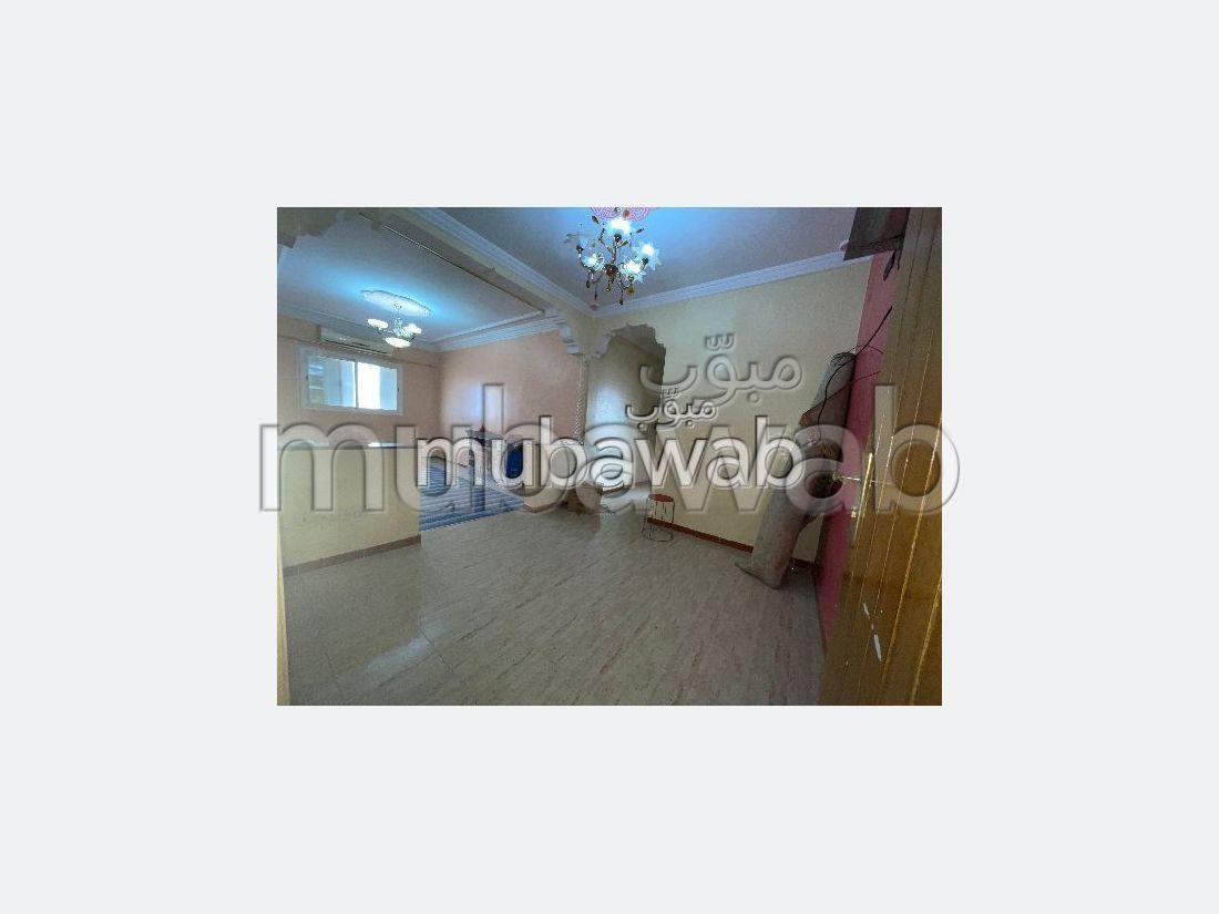 Se vende piso en Route d'Agadir - Essaouira. Superficie 70 m². puerta de seguridad, salón amueblado marroquí.