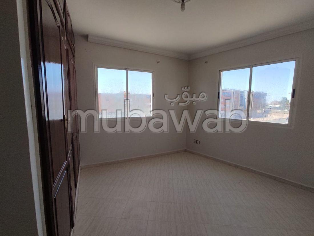 شقة جميلة للكراء ب حي الصنوبر. المساحة 70 م². بواب ومكيف الهواء