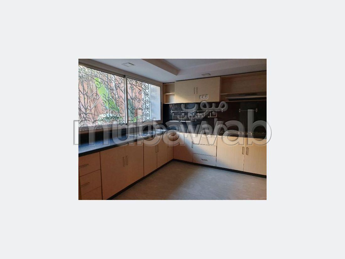Villa de luxe à vendre à Sidi Maarouf. Superficie 250 m². Système de parabole et salon marocain