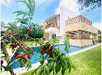 Magnífica villa en alquiler. Pequeña superficie 200 m². Plazas de parking y terraza.