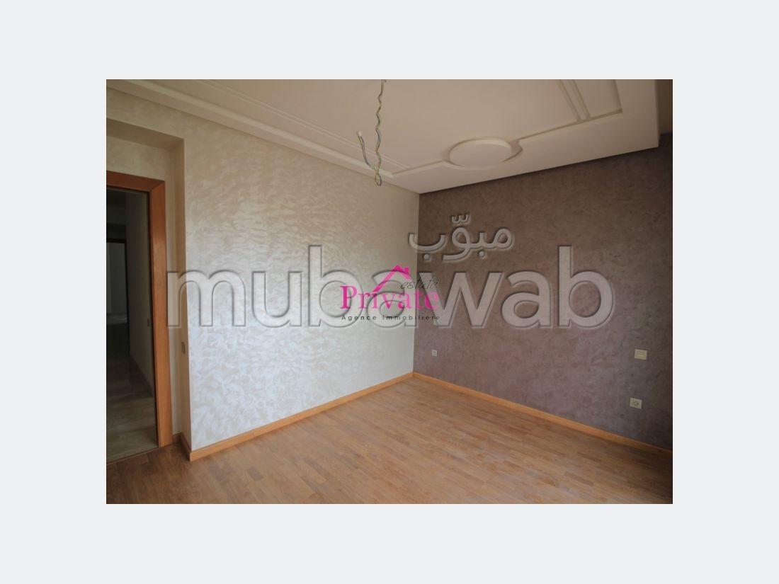 شقة رائعة للبيع بوسط المدينة. المساحة 98 م². إطلالة بحرية ، التدفئة المركزية.