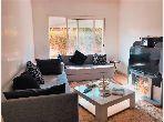 شقة جميلة للبيع بدار بوعزة. 3 قطع كبيرة. مكيف للهواء وحوض للسباحة.