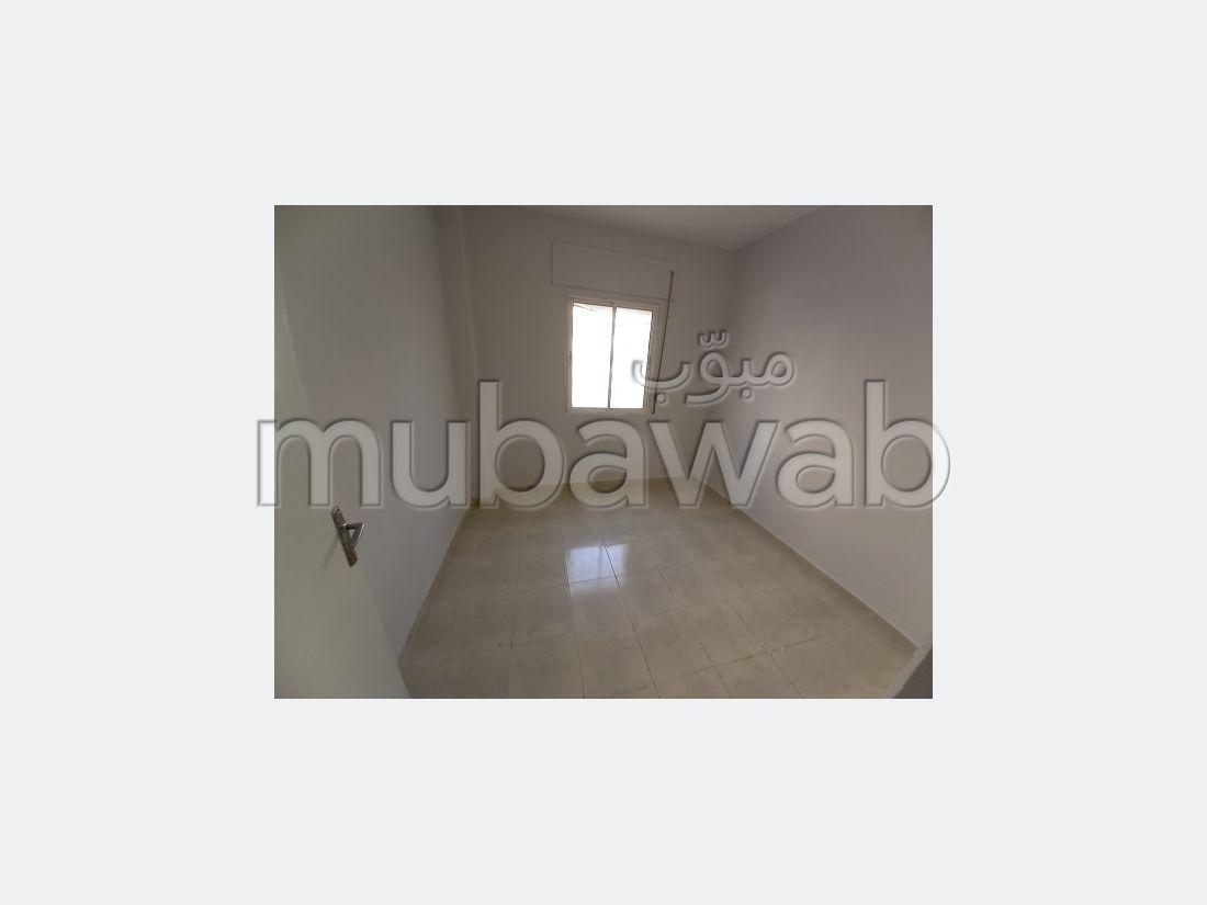بيع شقة ب حي حسني. المساحة الإجمالية 42 م². صالة تقليدية ونظام طبق الأقمار الصناعية.