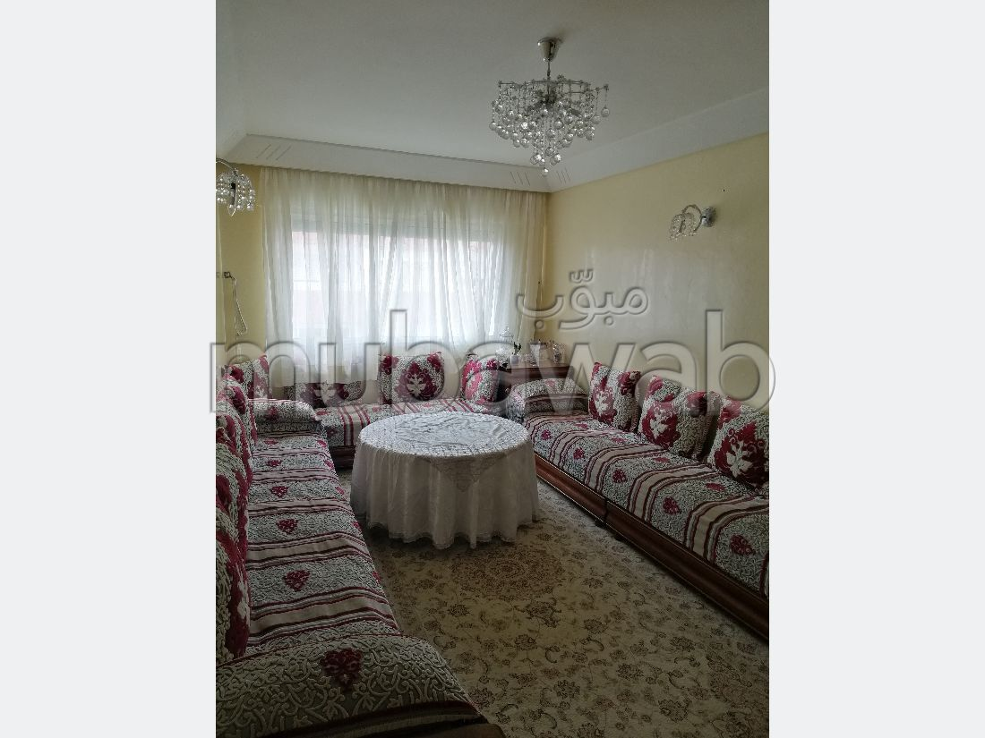Piso en venta en Sidi Hajji. Superficie 81 m². Salón tradicional, residencia segura.