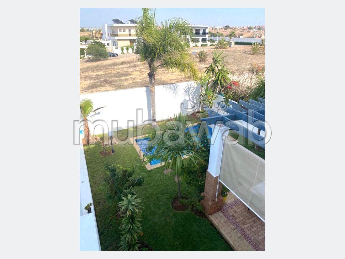 Splendide villa à vendre à Ain Diab. 5 grandes pièces. Belle terrasse et jardin