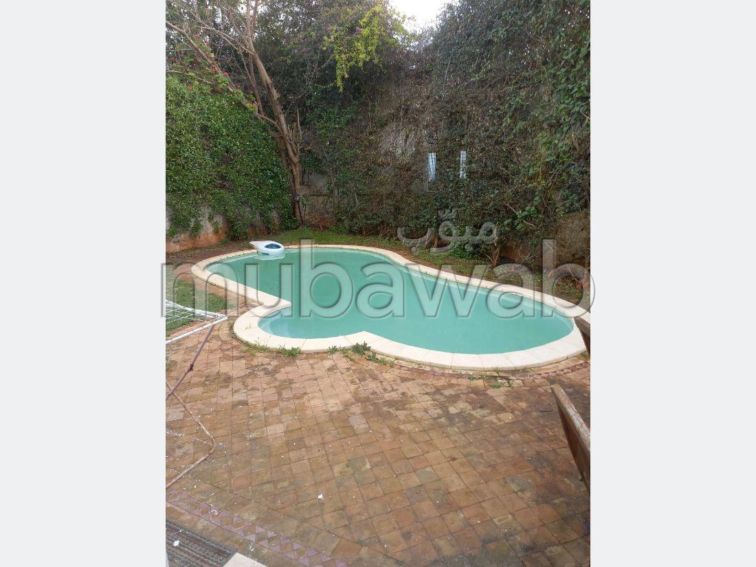 Somptueuse villa à louer à Ain Diab. 5 grandes pièces. Résidence avec concierge, climatisation générale