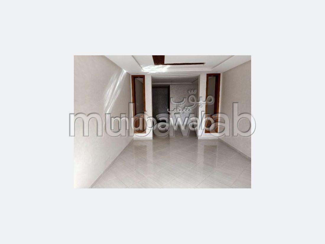 شقة رائعة للبيع ب المدينة العليا. 2 غرف ممتازة. صالة أصيلة ، طبق الأقمار الصناعية.