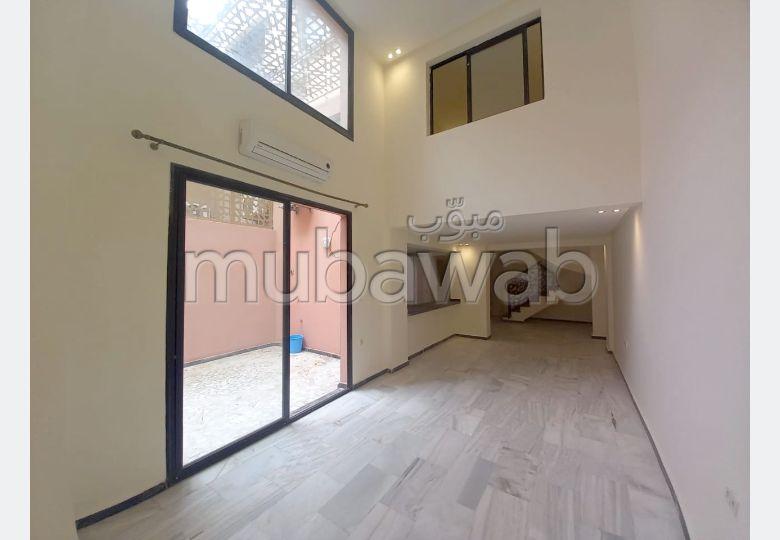 شقة رائعة للإيجار بكليز. 2 غرف رائعة. إقامة بالبواب.