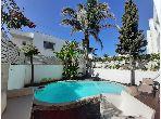 Petite villa chaleureuse et moderne avec piscine