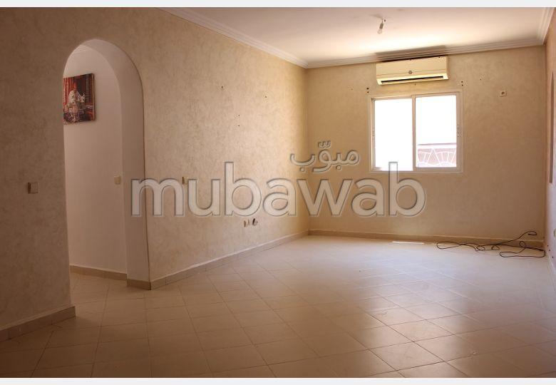 شقة رائعة للإيجار بكليز. 2 غرف جميلة. إقامة بالبواب ، ومكيف هوائي.