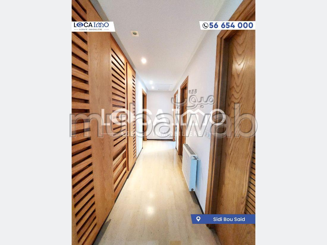 شقة رائعة للإيجار ب سيدي بو سعيد. المساحة الكلية 135 م². مفروشة.