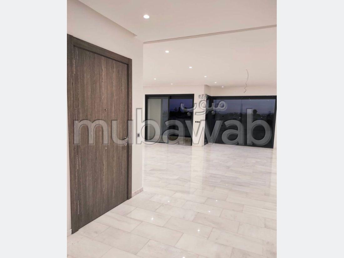شقة للشراء بأكدال. المساحة الإجمالية 174 م². شرفة ومصعد.