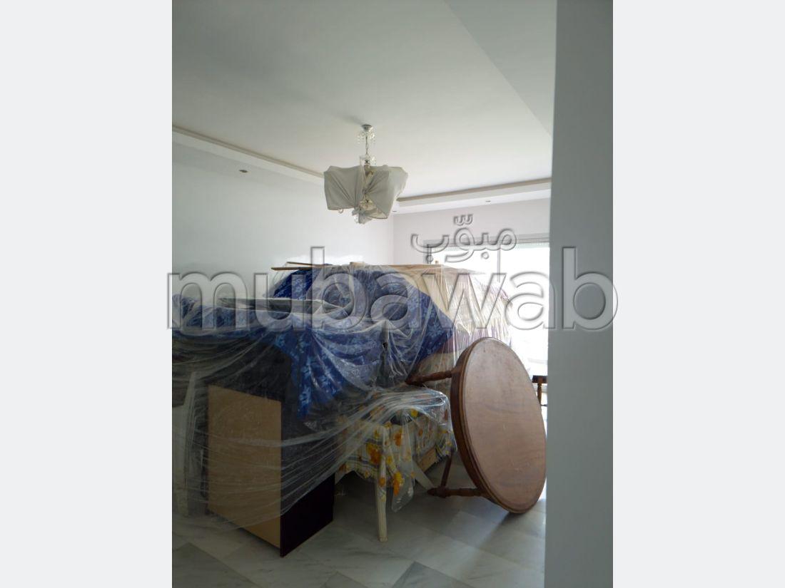 Encuentra un piso en alquiler en La Siesta. 3 Dormitorios. Salón tradicional, residencia segura.