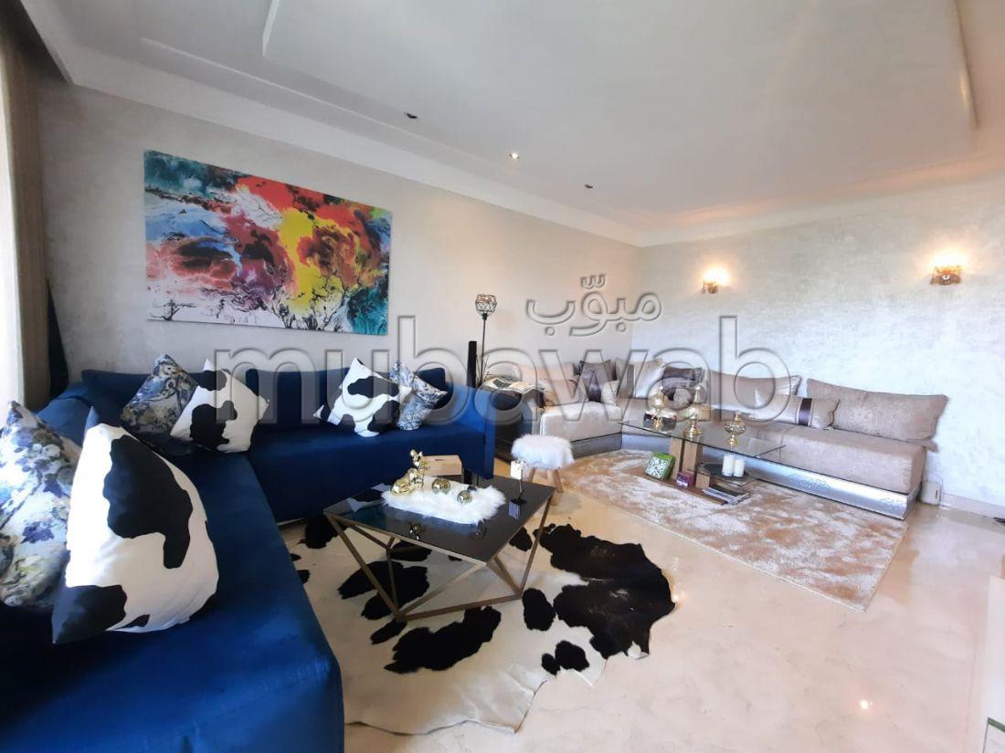 بيع شقة ببوسكورة. 2 غرف جميلة. تتوفر الإقامة على خدمة الكونسياج ونظام تكييف الهواء.