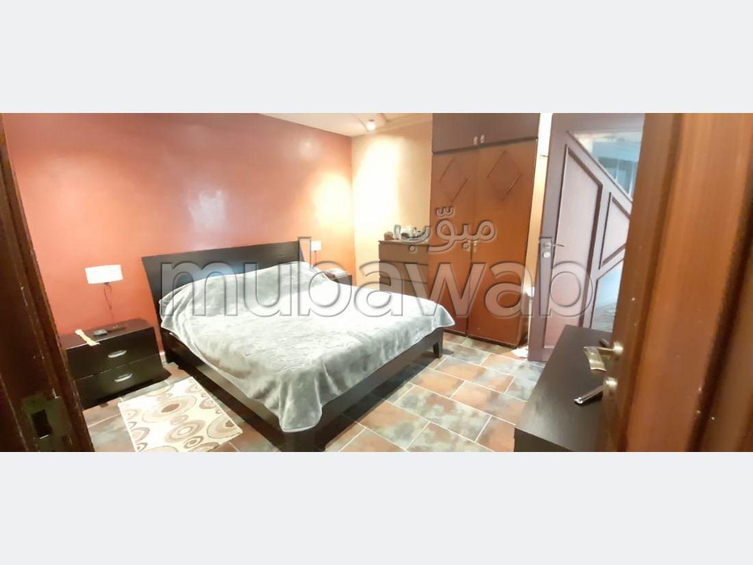 شقة للشراء بوسط المدينة. المساحة الكلية 200 م². شرفة ومصعد.