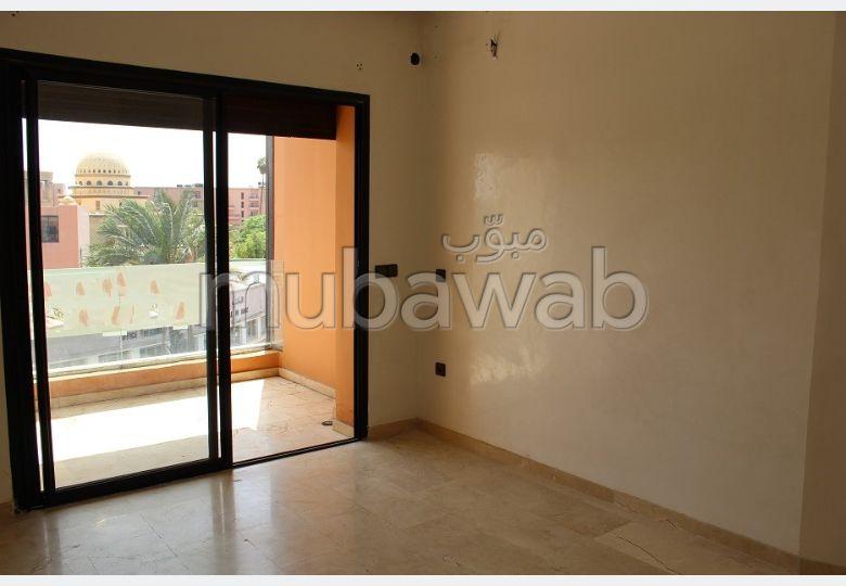 شقة للإيجار بكليز. 3 قطع كبيرة. مع مصعد وشرفة.