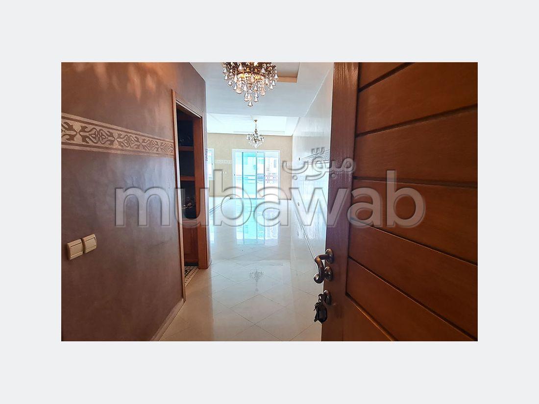 شقة للشراء بوسط المدينة. المساحة 164 م². مصعد وشرفة.