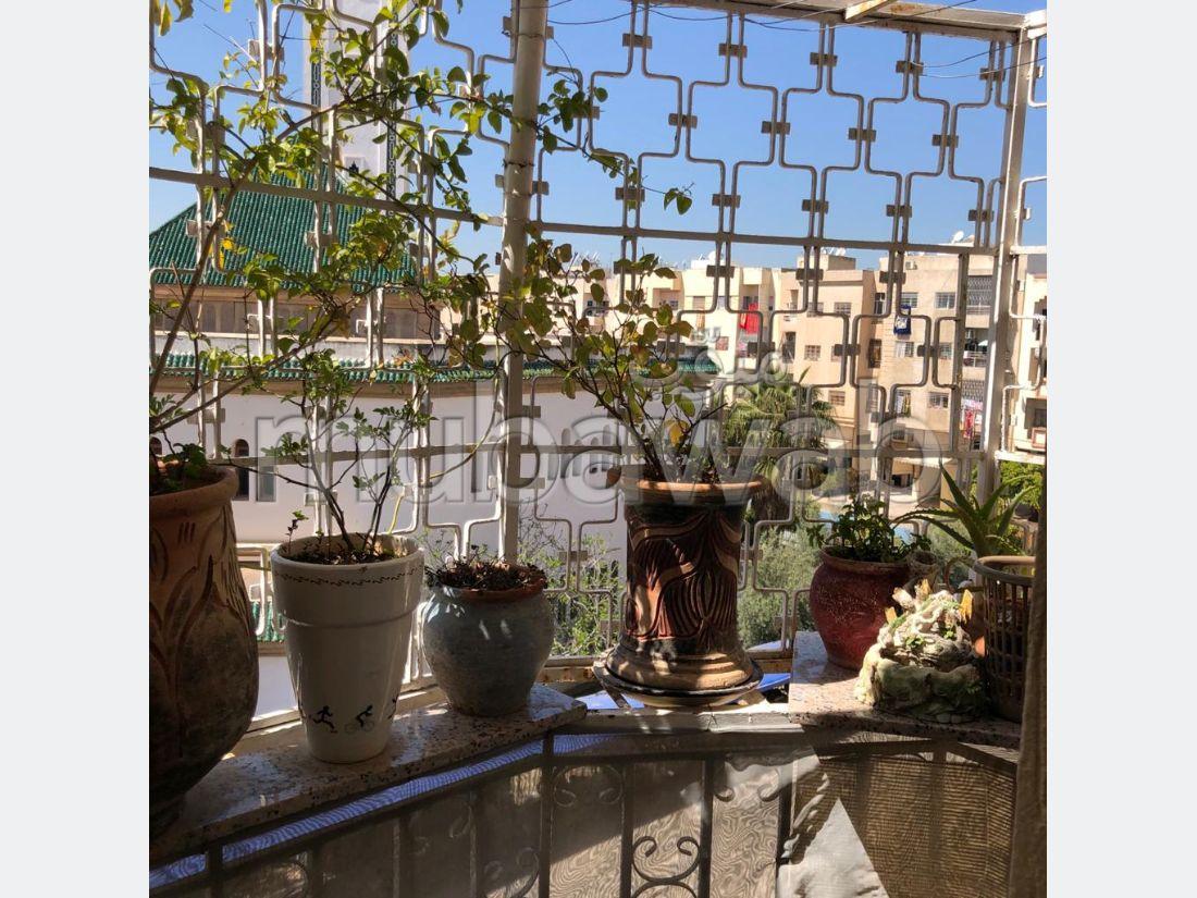 Vente d'un bel appartement à Hay Al Wafaa. 1 Pièce. Salon Marocain, sécurité.