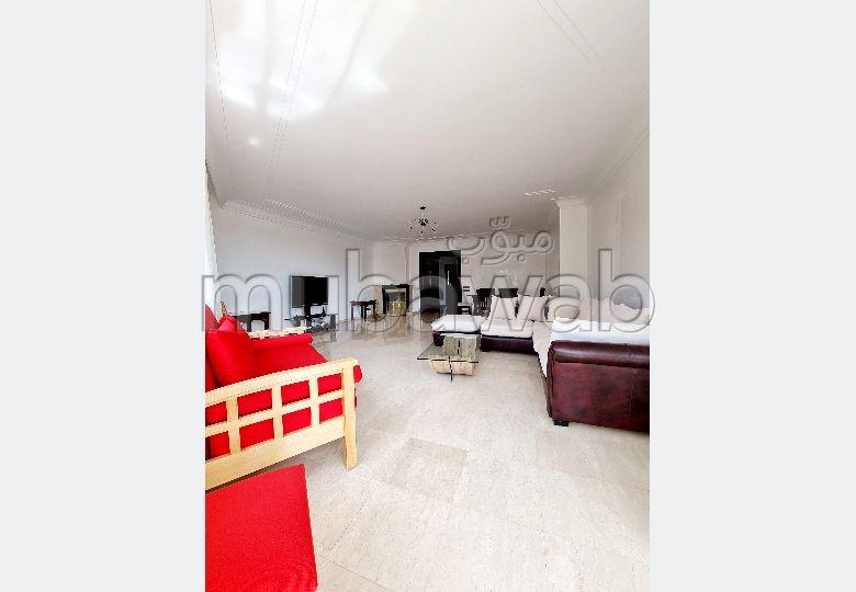 شقة رائعة للإيجار بعين الذياب. المساحة الإجمالية 200 م². مفروشة.