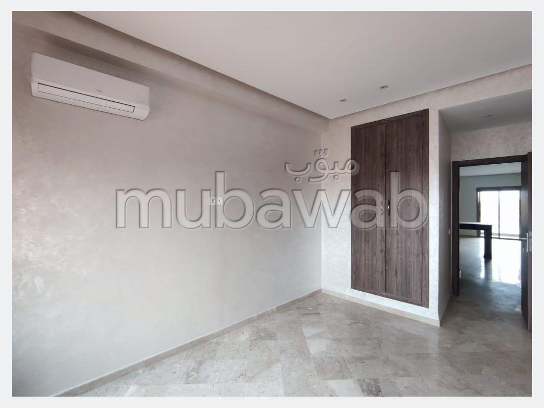 Apartment for rent in Guéliz. 2 comfortable rooms. Reinforced door and double glazing.