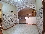 شقة رائعة للبيع ب أزلي. المساحة الإجمالية 82 م². صالة مغربية تقليدية وباب متين.