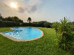 Une villa avec piscine et jardin