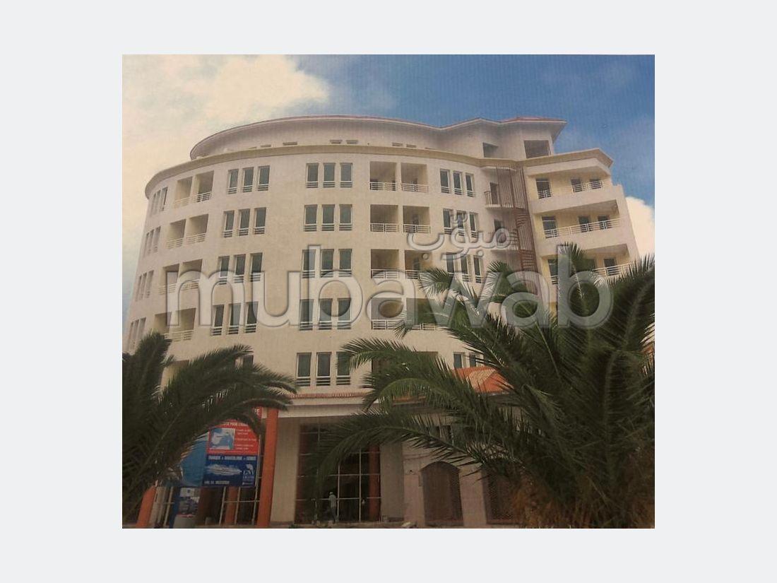 شقة للبيع بملابطا. 4 غرف رائعة. تتوفر الإقامة على خدمة الكونسياج ونظام تكييف الهواء.