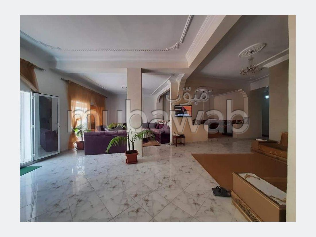 شقة رائعة للبيع بوسط المدينة. 3 غرف رائعة. باب متين،إقامة مؤمنة.