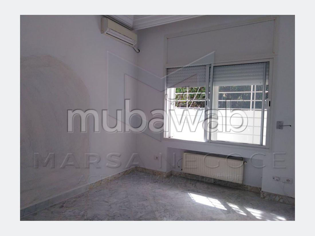 Appartement à louer à La Marsa. 4 pièces. Places de stationnement et terrasse.